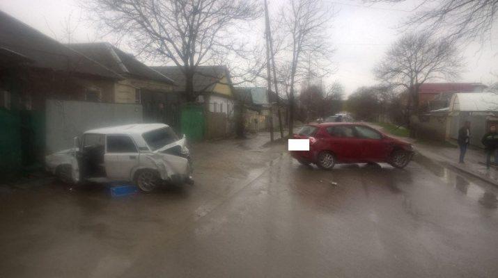 Автоледи из Пятигорска въехала в припаркованный автомобиль