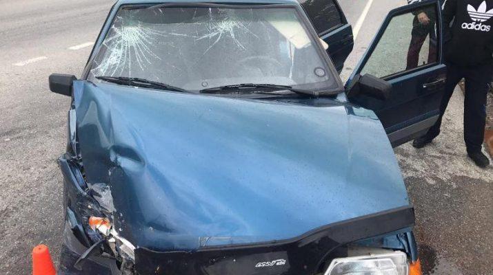 Автоледи на «Мерседесе» столкнулась на трассе с отечественной легковушкой