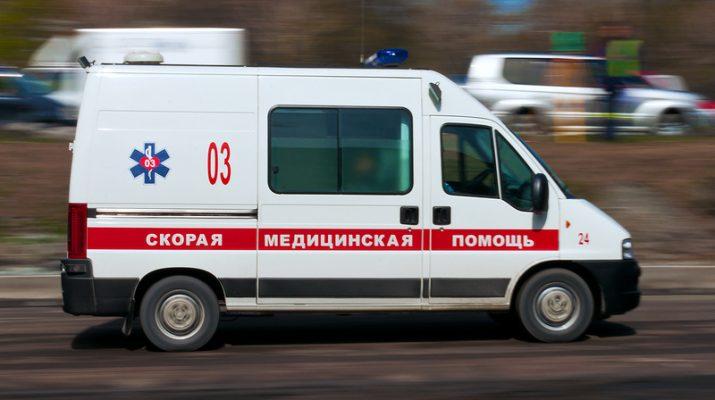 Неизвестный водитель в Кисловодске сбил двух человек во дворе многоэтажки