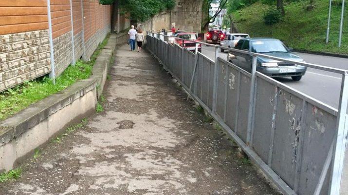 Жители Кисловодска жалуются в соцсетях на неасфальтированный тротуар в центре города