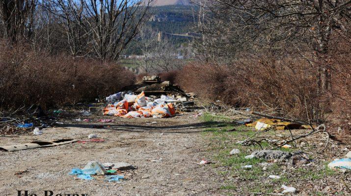 На «Новом озере» в Кисловодске продолжают расти горы мусора