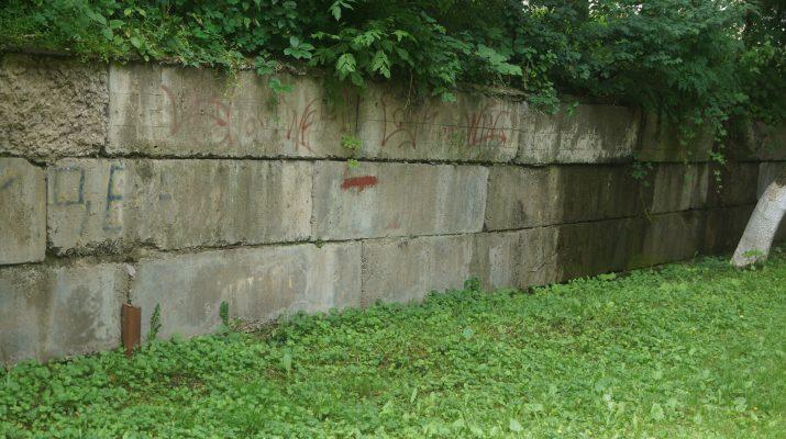 Жители одного из дворов Кисловодска опасаются обрушения подпорной стены