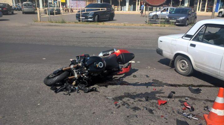 На Кисловодском шоссе в Пятигорске столкнулись легковушка и мотоцикл