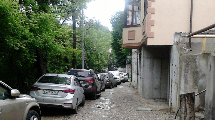Автомашины отдыхающих заполонили дворы домов на пр. Мира в Кисловодске