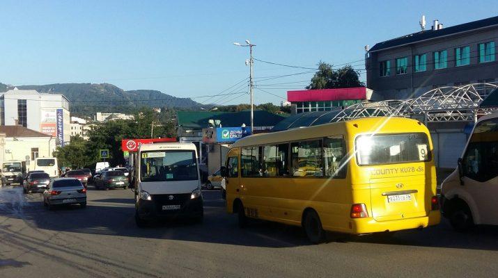 В Кисловодске водитель автобуса выехал на встречную полосу, чтобы побеседовать с коллегой